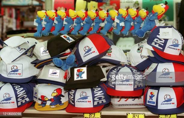 Footix, das Maskottchen der 16. Fußball-Weltmeisterschaft 1998, und jede Menge Basecaps - der Souvenirhandel zum weltsportlichen Ereignis kommt in...