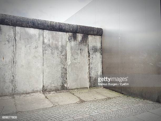 footpath by berlin wall - berliner mauer stock-fotos und bilder