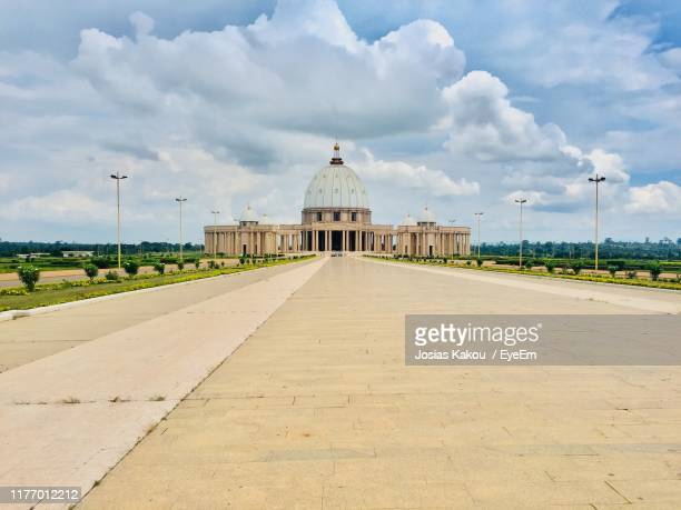 footpath leading towards building against sky in city - côte d'ivoire stock pictures, royalty-free photos & images