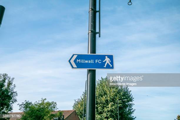 voetpad teken aan millwall football club in zuid-bermondsey, londen - club football stockfoto's en -beelden