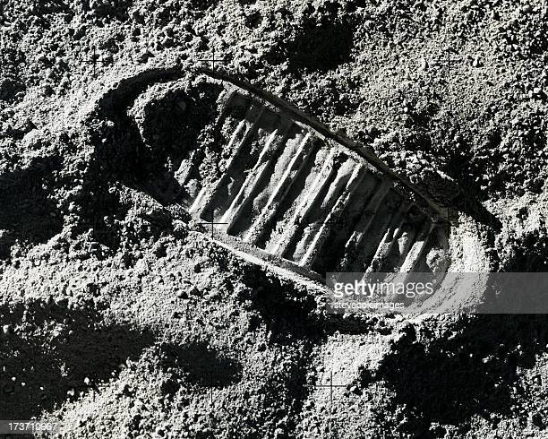 footprint on moon - moon stock pictures, royalty-free photos & images