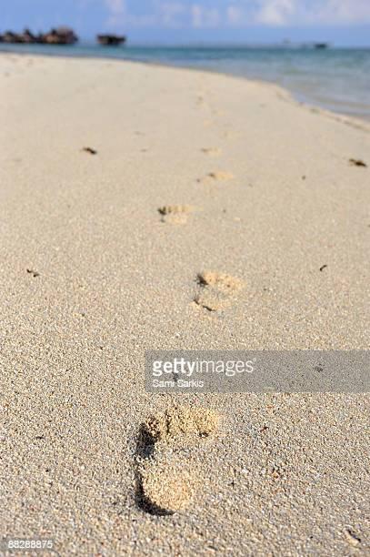 footprints on sand - ilha de mabul imagens e fotografias de stock