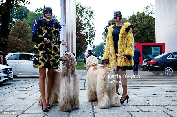 For a week milan is invaded by fashion lovers fashion bloggers models and stylists everywhere Throngs of photographers gathered to take the picture...