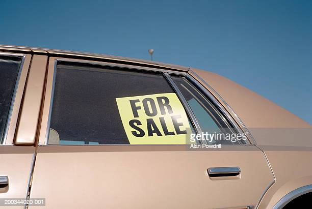 'for sale' sign placed in car window, outdoors, close-up - 売り出し中 ストックフォトと画像