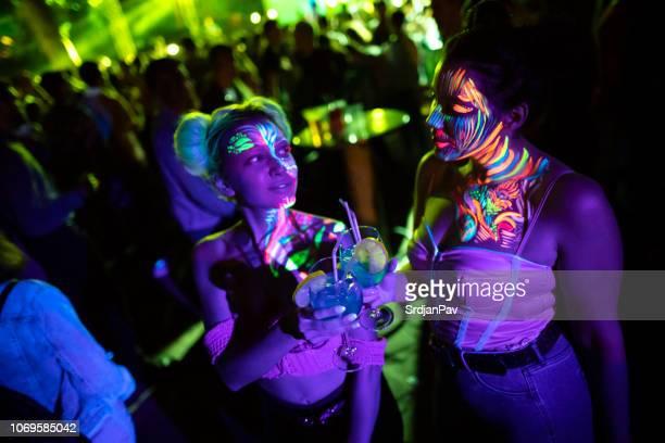 voor de gek nacht! - fluorescerende stockfoto's en -beelden