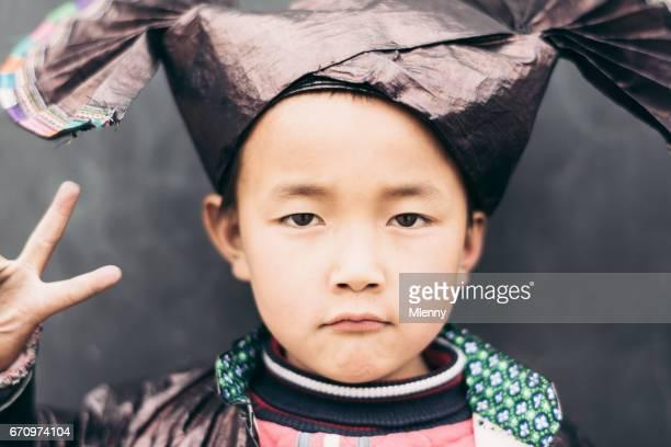 V voor overwinning - Chinese jongen traditionele Dong kleding echte mensen portret