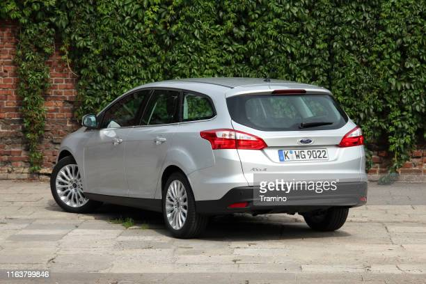 ford focus combi auf dem parkplatz - ford stock-fotos und bilder