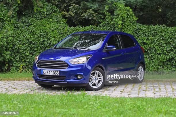 ford ka plus auf der straße - ford stock-fotos und bilder