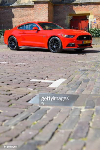ford mustang muscle car stationné dans la rue à deventer, overijssel, pays-bas - ford mustang photos et images de collection