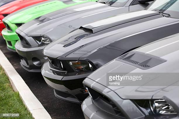 Ford Mustangs en una fila