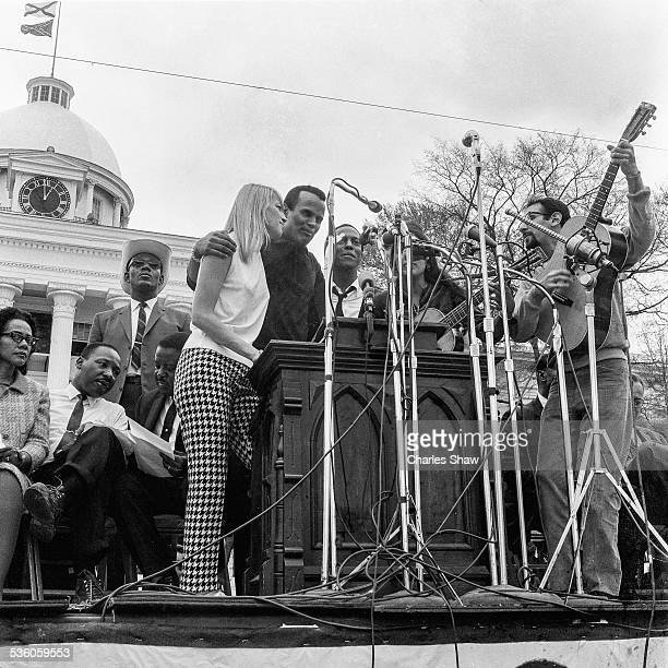 Fore from left singers and Civil Rights activists Mary Travers Harry Belafonte Leon Bibb Joan Baez and Peter Yarrow perform on the podium in front of...
