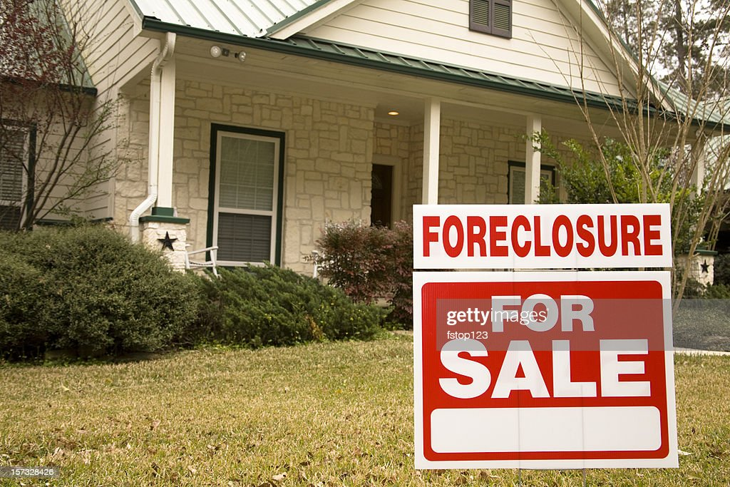 Embargo hipotecario para venta señal en frente de casa : Foto de stock
