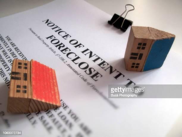foreclosure notice and toy houses - hinweisschild stock-fotos und bilder