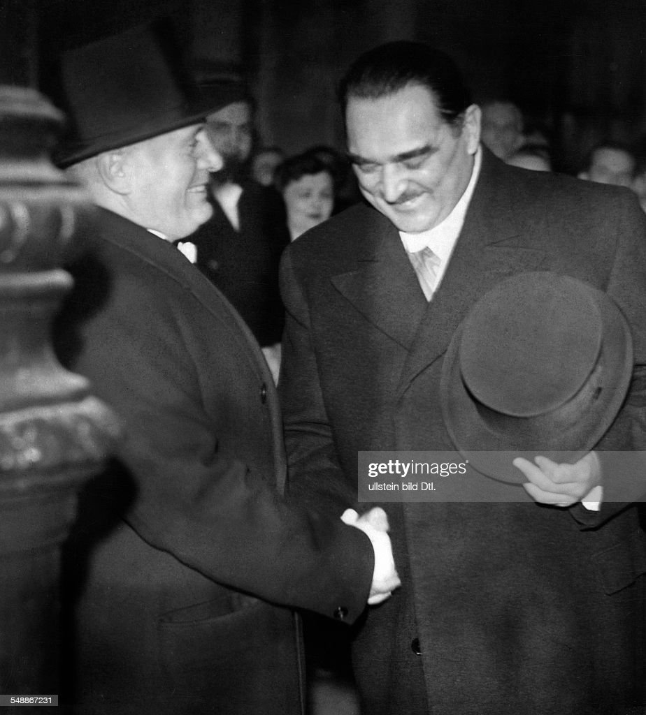 after state visit of Prime Minister Milan Stojadinovic in Rome: Italian Head of State Benito Mussolini (l.) says good bye at station - - Photographer: Presse-Illustrationen Heinrich Hoffmann - Published by: 'Berliner Illustrirte Zeitung' 50/1937 Vintage property of ullstein bild