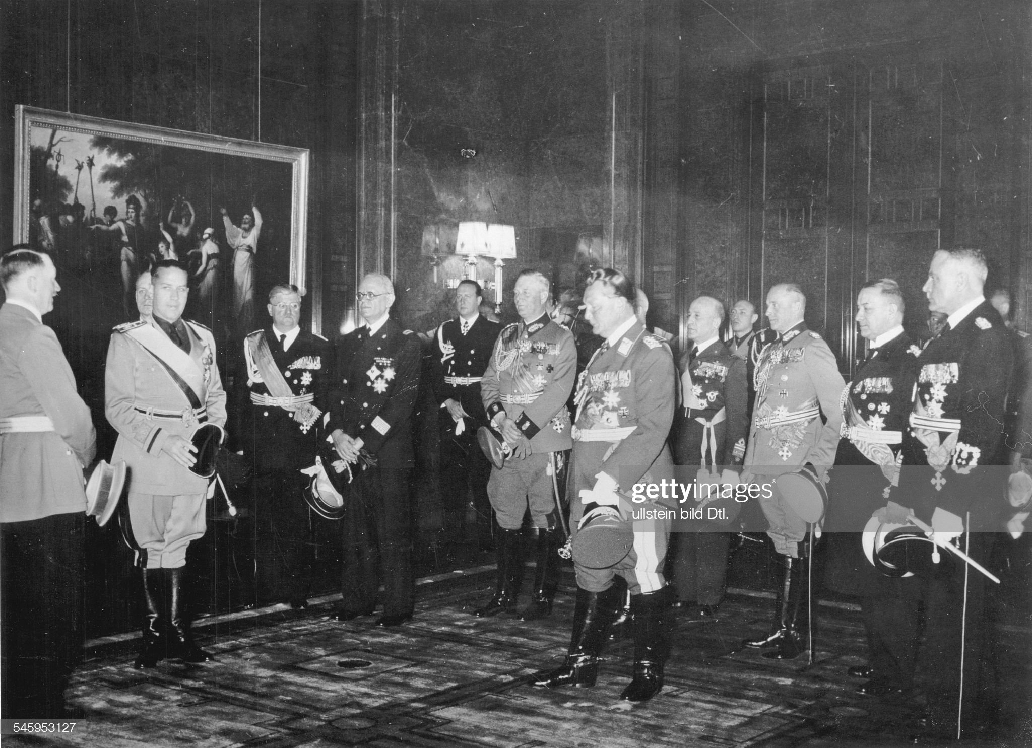Foreign relations Germany / Italy: Reception in Hitler's study after the signing of the Pact of Steel (Pact of Friendship and Alliance between Germany and Italy) from left: Adolf Hitler, Galeazzo Count Ciano, Joachim voon Ribbentrop (fnearly covered) : Nachrichtenfoto