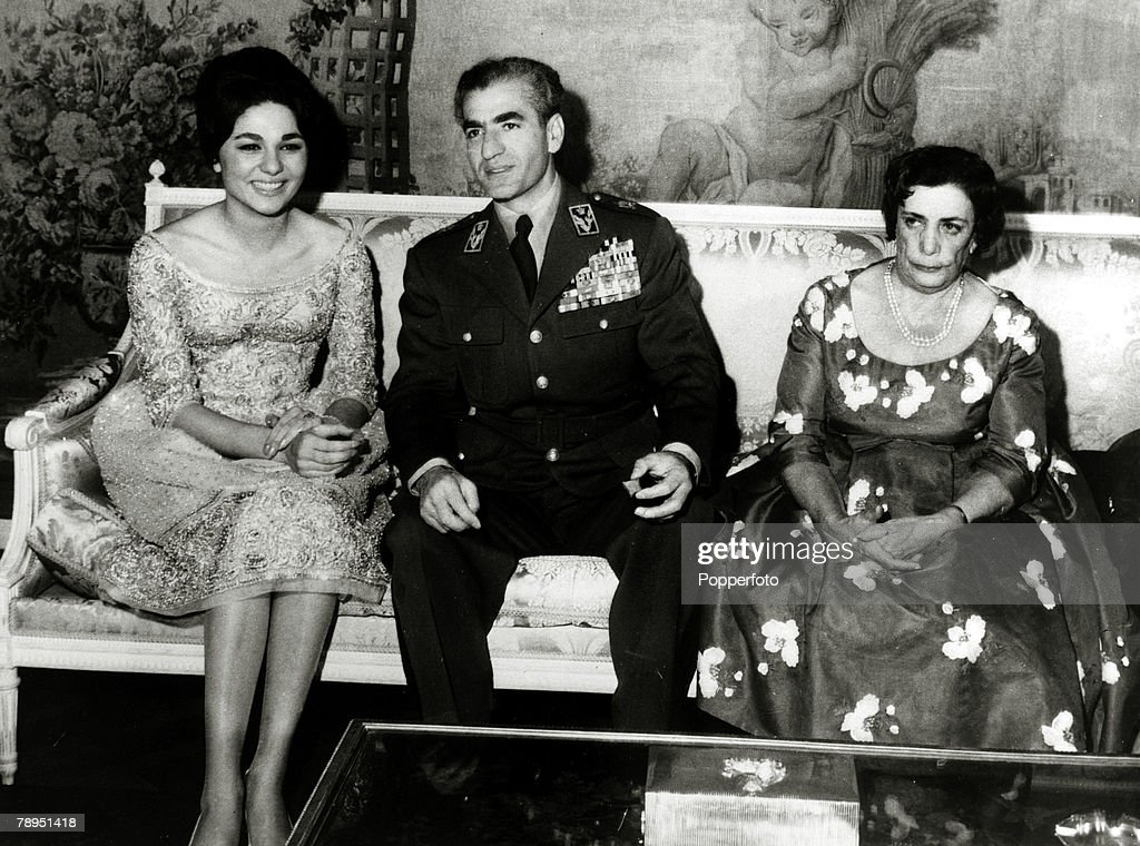 Foreign Royalty. Personalities. pic: 25th November 1959. The Shah of Iran (Persia) pictured with his fiancee Farah Diba and the Queen Mother at a private engagement party in Tehran. The Shah of Iran (1919-1980) succeeded his father in 1941, but was to lea : Photo d'actualité