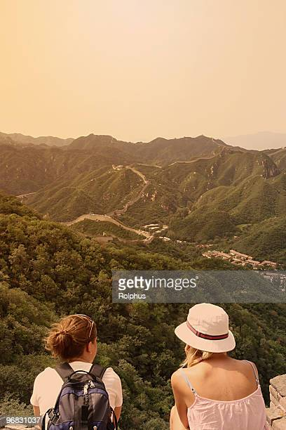 Ausländische Touristen Sie die Große Mauer in China