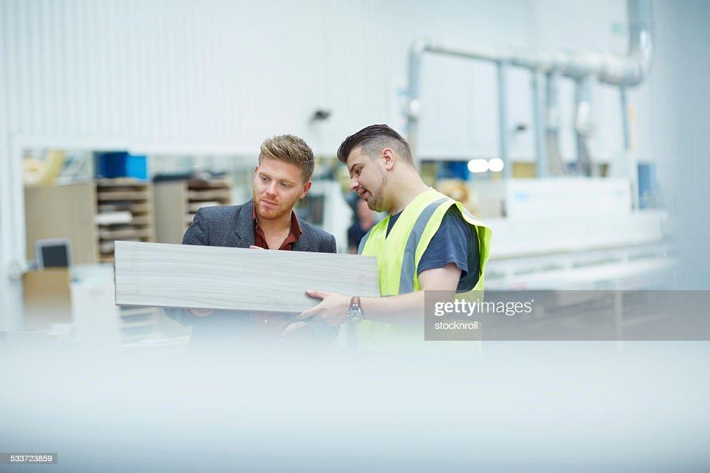 Foreman e manager alla ricerca di nuovi prodotti : Foto stock