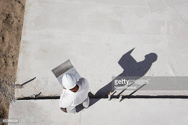 Vorarbeiter mit laptop im new construction site