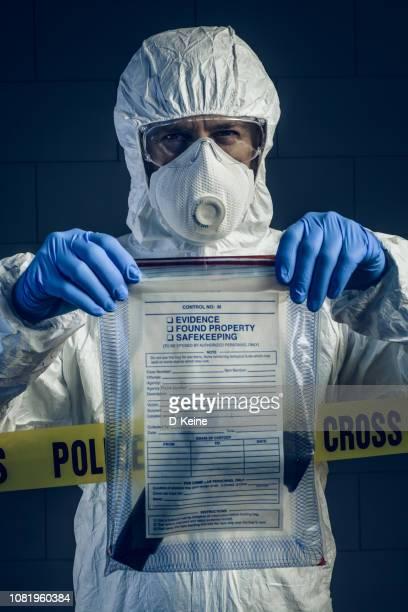 forensische wissenschaft - schutzanzug stock-fotos und bilder