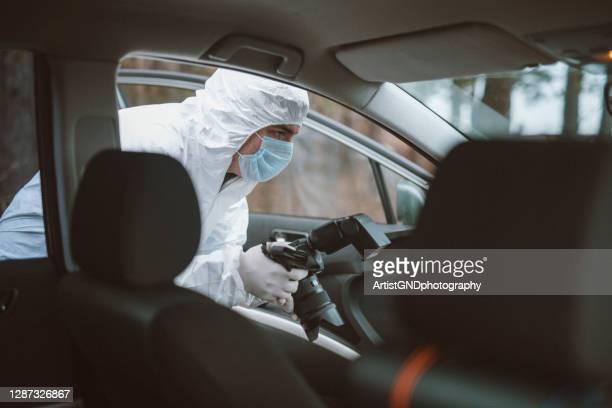 自動車車両における法医学者の写真犯罪捜査。 - 検死官 ストックフォトと画像