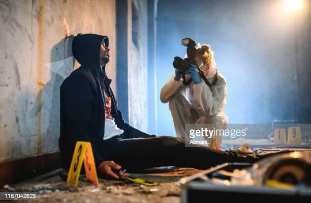 犯罪現場の被害者を撮影する法医学者 - 刑事司法 ストックフォトと画像