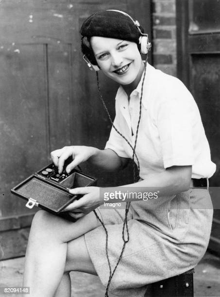A forerunner model of the famous Walkman is presented on the occasion of the London RadioFair Photograph August the 16th 1934 [Ein Vorlufer des...