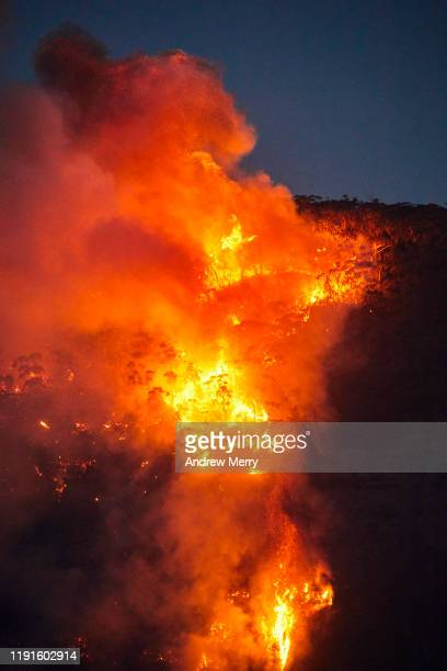 forest fire, bushfire with flames and smoke clouds on mountain at dusk, night, blue mountains, australia - nsw bushfires stock pictures, royalty-free photos & images
