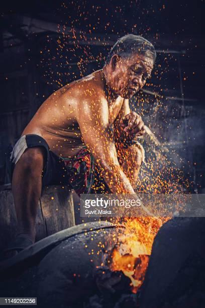 forging molten metal.forge, anvil, making knives - 剣 ストックフォトと画像