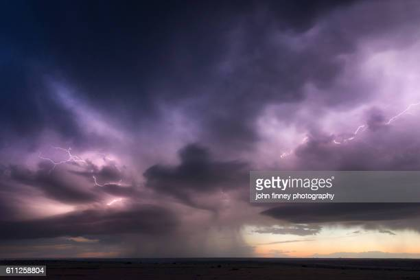 forked lightning inside a thunderstorm at sunset over the great plains of texas. usa - nube temporalesca foto e immagini stock
