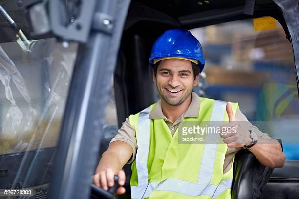Gabelstapler-Fahrer, die Daumen hoch