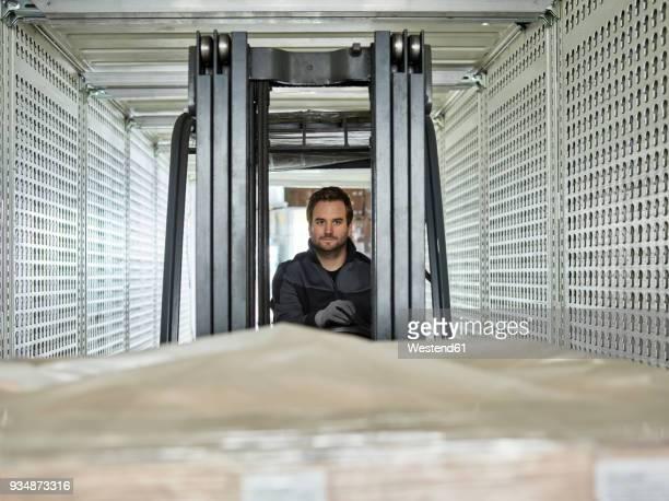 fork-lift driver loading lorry - beladen stock-fotos und bilder