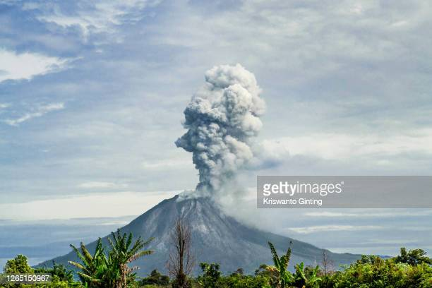 form of hot clouds from mount sinabung - volcanic activity stock pictures, royalty-free photos & images