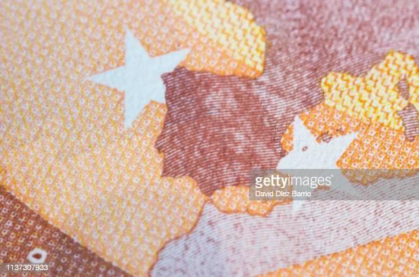 form of the iberian peninsula of a 50 euro note - economía fotografías e imágenes de stock