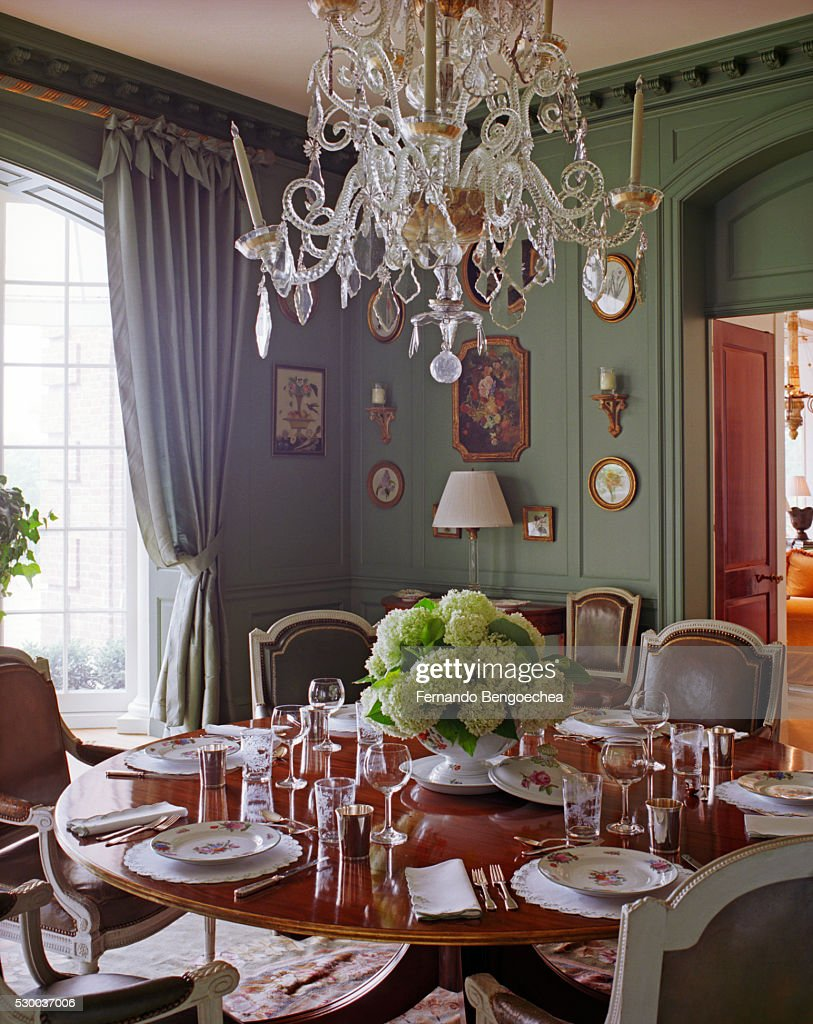 A Formal Dining Room With Celadon Green Painted Walls ストックフォト | Getty Images