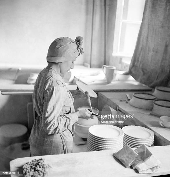 Formation de jeunes Limousins dans une fabrique de porcelaine de Limoges circa 1940 en France