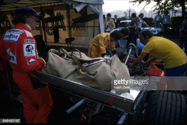 Formel 1 Grand Prix Italien 1977 Monza Fahrerlager FerrariBox Niki Lauda FerrariMechaniker Ferrari 312T2 wwwhochzweinet copyright HOCH ZWEI / Ronco
