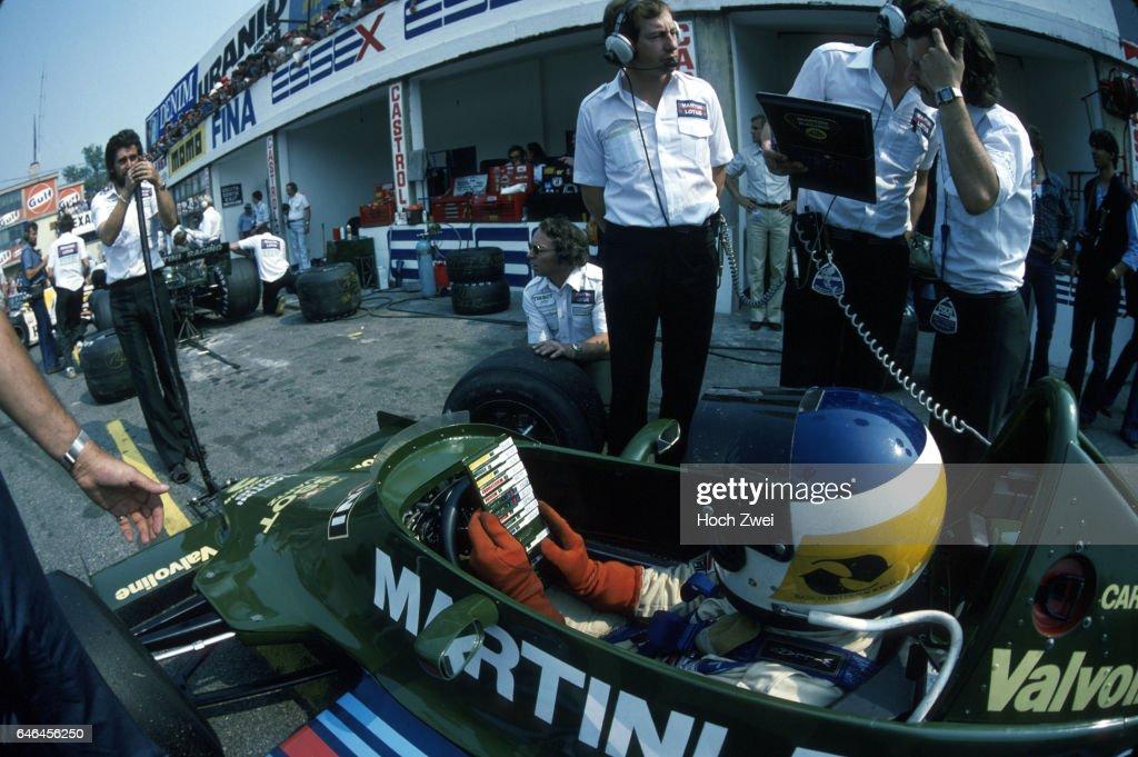 Formel 1, Grand Prix Italien 1979, Monza, 09.09.1979 Boxengasse, Lotus-Box Carlos Reutemann, Lotus-Ford 79, Zeitentafel : News Photo