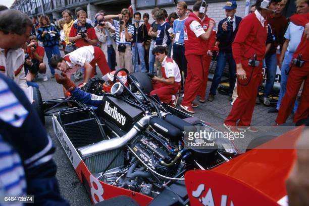 Formel 1, Grand Prix Niederlande 1983, Zandvoort, Boxengasse, McLaren-Box Niki Lauda, McLaren-TAG Porsche MP4-1E McLaren-Mechaniker www.hoch-zwei.net...