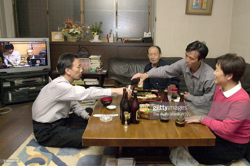 Former abductee by North Korea Kaoru hasuike pour beer to his