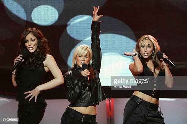 Former American Idols Katherine McPhee Kellie Pickler and Melissa McGhee perform onstage during the American Idol Season 5 Finale on May 24 2006 at...