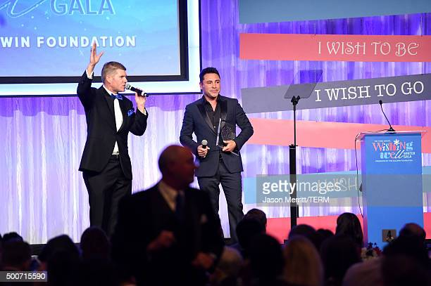Former boxer Oscar Dela Hoya accepts the Shining Star Honoree Award onstage during MakeAWish Greater Los Angeles Honoring Oscar De La Hoya Michael...