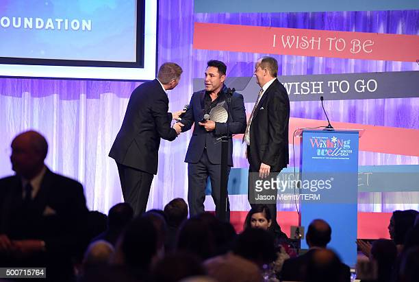 Former boxer Oscar Dela Hoya accepts the Shining Star Honoree Award onstage with Michael Rosenfeld during MakeAWish Greater Los Angeles Honoring...