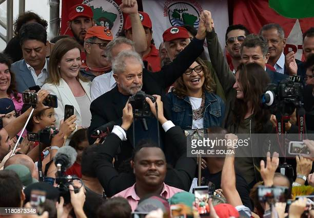 TOPSHOT Former Brazilian President Luiz Inacio Lula da Silva gestures after leaving the Federal Police Headquarters where he was serving a sentence...