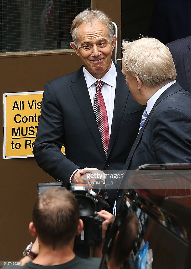 Former British Prime Minister Tony Blair (C) leaves the headquarters of the 'Vote Leave' campaign in central London on June 24, 2016. Britain has voted to break out of the European Union, striking a thunderous blow against the bloc and spreading panic through world markets Friday as sterling collapsed to a 31-year low. Boris Johnson, who spearheaded the successful campaign for Britain to leave the European Union, said Friday there was no need to rush the process of pulling out of the bloc. / AFP / JUSTIN