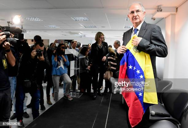 Former Caracas mayor Antonio Ledezma holds a Venezuelan flag before giving a press conference on November 20 2017 in Madrid The former mayor of...