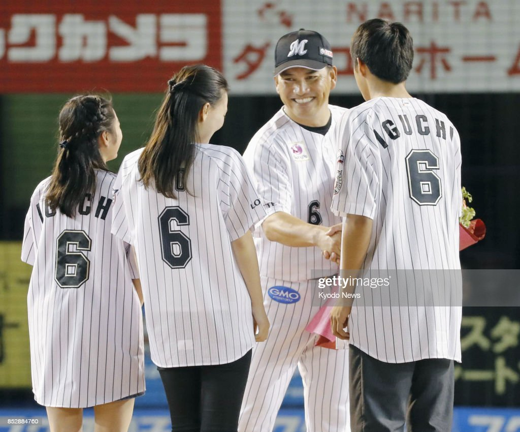 Baseball iguchi brings down curtain in grand fashion pictures former chicago white sox world series winner tadahito iguchi facing camera receives flowers from mightylinksfo