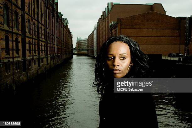 Former child soldier in Eritrea 6 years Senait Mehari has moved to Hamburg for several years where she became a singer plan facing a canal