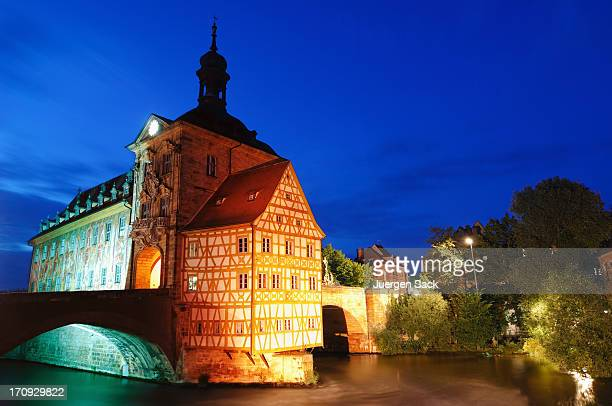 旧市庁舎(アルテス Rathaus )での夜のバンベルク