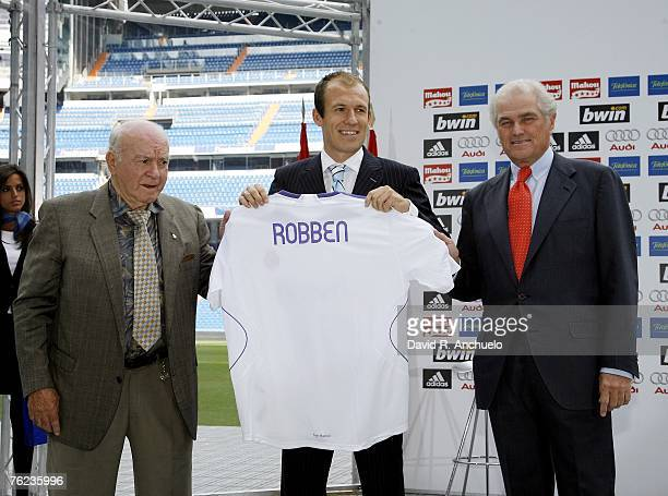 Former coach and player Alfredo di Stefano new signing Arjen Robben and President Ramon Calderon pose during Robben's official presentation as a new...